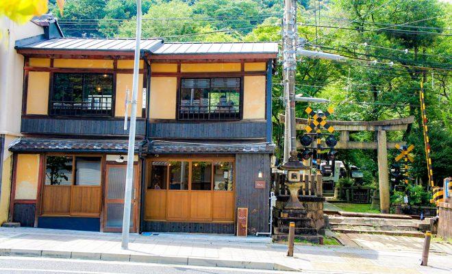 ガタンゴトン京阪電車が横を通る。関蝉丸神社下社に隣接する本格割烹 ...