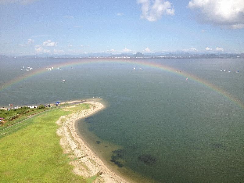 見下ろす虹と近江富士